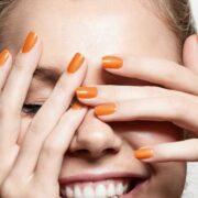 zniszczone paznokcie po manicure hybrydowym